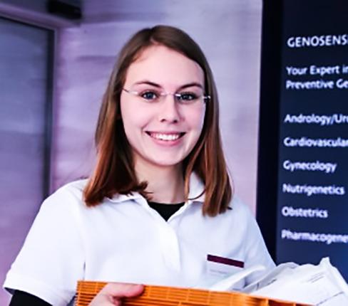 Ditt DNA analyseras av två forskare som tar fram din personliga rapport.